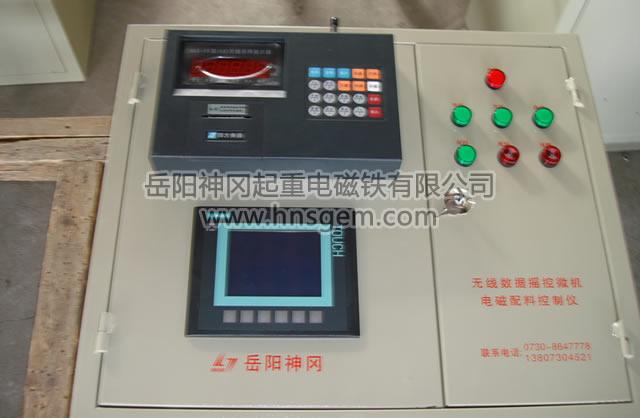 Y57W(Y)系列无线数传(遥控)微机电磁配铁装置是我公司在Y57B系列微机电磁配铁装置的基础上采用成熟先进的工业级无线数传及工业遥控技术而设计的高技术装备,广泛用于冲天炉、电炉的金属炉料自动称重控制,它无需拉信号电缆,微机控制设备可安装在地面控制室,抗干扰能力强,可靠性高,配料精度及速度等指标均与有线方式相同,因线路、振动、粉尘等引起的故障率大大降低,改造工程量及费用大大降低,基本能做到安装调试两天即可投产。 产品分Y57W无线数传型、Y57Y无线数传遥控型两种;前者是将称重信号无线采集,有限控制,适用
